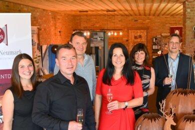 Karsten Preising (2. von links) und Anja Preising (rechts daneben im roten Kleid) haben mit zahlreichen Gästen ihren Handelshof eingeweiht.