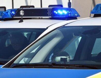 Ein VW Touran, der im Glauchauer Ortsteil Gesau von der Straße abkam und auf dem Gelände eines Autohändlers landete, hat Mittwochnacht einen Unfallschaden von rund 50.000 Euro verursacht.