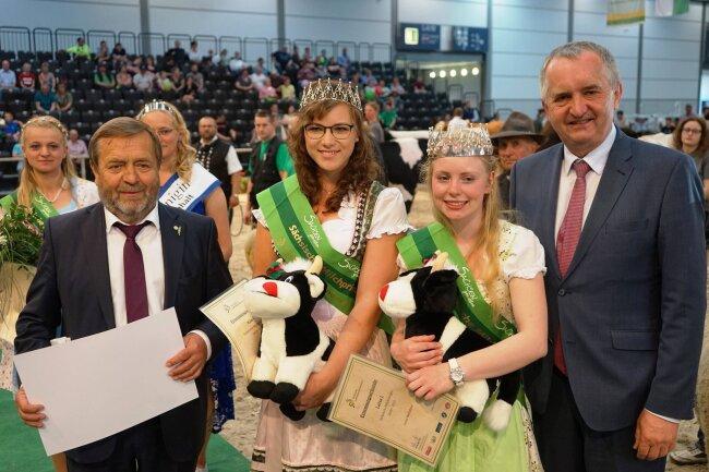 Landesbauernpräsident Wolfgang Vogel, Milchprinzessin Kim Schubert, Milchkönigin Luisa Hochstein und Umweltminister Thomas Schmidt (CDU, v. l. n. r.).