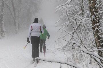 In den oberen Höhenlagen, wie hier in der Nähe von Bad Einsiedel, waren am Wochenende schon einige Langläufer unterwegs.