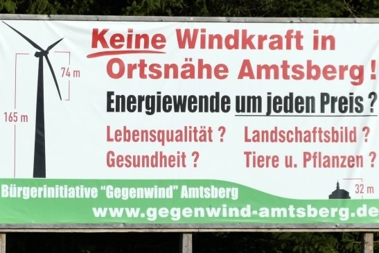 """Auch in der Bevölkerung regt sich Widerstand gegen die Windparkpläne, wie Plakate der Bürgerinitiative """"Gegenwind Amtsberg"""" zeigen."""