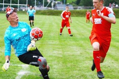 """Der Torwart des FV Rot-Weiß Preßnitztal, Heiko Hermann, hielt nahezu alles, was zu halten war. Oder er """"guckte"""" den Ball an Latte beziehungsweise Pfosten. Trotzdem hieß es am Ende 0:8, denn die Landesliga-Elf des FC Lößnitz um Kapitän Marco Wölfel war für die Kreisklasse-Mannschaft mehr als eine Nummer zu stark."""