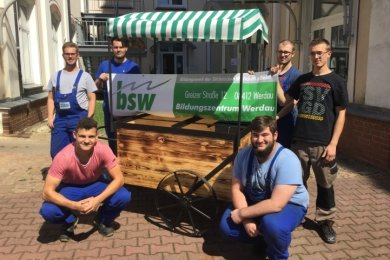 Stolz präsentieren die Azubis im Bildungszentrum an der Greizer Straße ihren Prototyp eines neuen Marktstandes.
