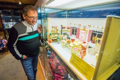 Mit viel Liebe zum Detail sind die Puppenstuben für die Weihnachtsausstellung in der Knochenstampfe Dorfchemnitz aufgebaut worden. Im Bild ist Museumschef Jürgen Zabel mit Omas Puppenküche von 1930.