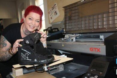 Die Tätowiererin Nancy Roßner muss ihr Studio derzeit geschlossen halten. Die frei gewordene Arbeitszeit nutzt sie, um in einer Druckerei Vögel auf Kleidung zu printen - und um einen Verein zu gründen.