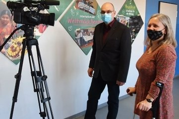 Dreharbeiten mit Lehrerin Susanne Peupelmann in der Unesco-Ecke der Ohain-Oberschule.