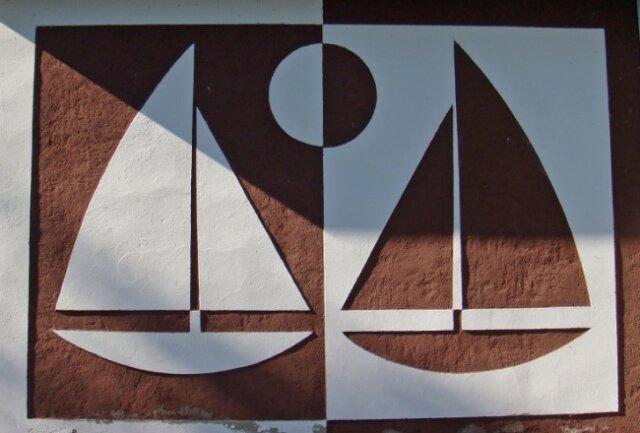 Ebenfalls ein Werk von Martin Schmidt - ein Sgraffito am Segler-Vereinsheim an der Talsperre Pöhl.