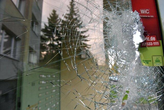 Die Haustüre des Wohnblocks an der Clausewitzer Straße wurde bei dem Zugriff zerstört.