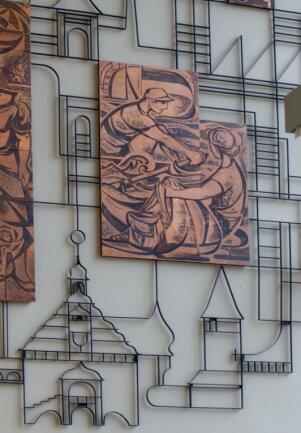 An diesem Relief im Oberen Bahnhof in Plauen hat Martin Schmidt mitgearbeitet.