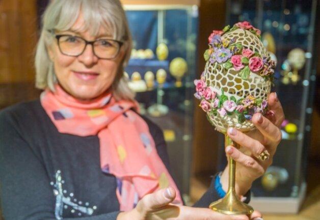 Ein ausgefrästes Nandu-Ei gehört zur Ostersammlung von Kerstin Dähnerts Eltern. Teile davon sollten in Dorfchemnitz ausgestellt werden.
