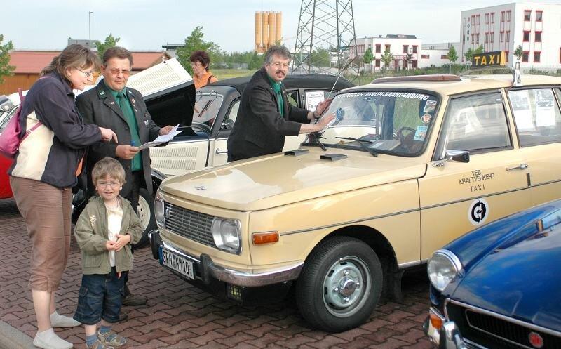 """<p class=""""artikelinhalt"""">Ein Wartburg in der Taxi-Variante - stilecht mit Fahrer in der Uniform des Kraftverkehrs. Kraftfahrzeuge aus DDR-Produktion dominierten das IFA-Festival in Auerbach-Rebesgrün.</p>"""