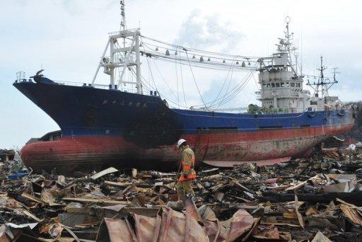 Sechs Tage nach der Erdbeben- und Tsunamikatastrophe ist die Zahl der Toten und Vermissten auf 14.650 angestiegen. Bis Donnerstag wurden 5321 Todesopfer bestätigt. Die Zahl der Opfer dürfte weiter steigen. Das Foto zeigt einen Frachter, der in Kesennuma vom Tsunami an Land geschleudert wurde.