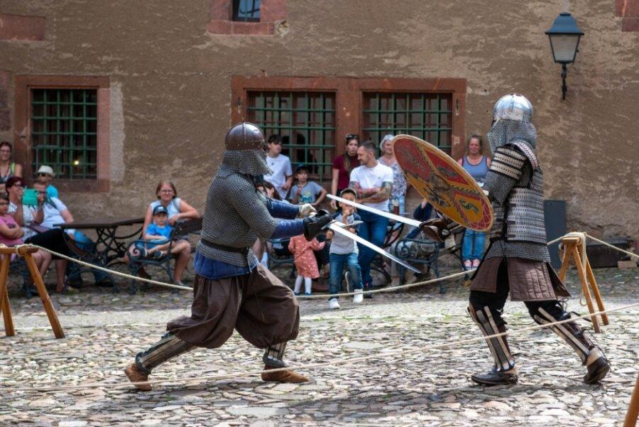 Im Rochlitzer Schlosshof klirren die Schwerter