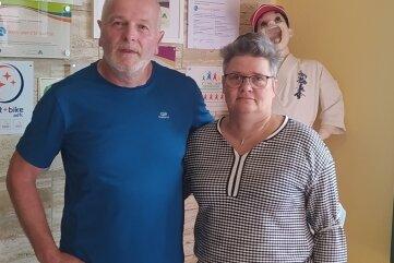 Ulrike und Thomas Fink im Foyer ihrer Jugendherberge in Sayda.
