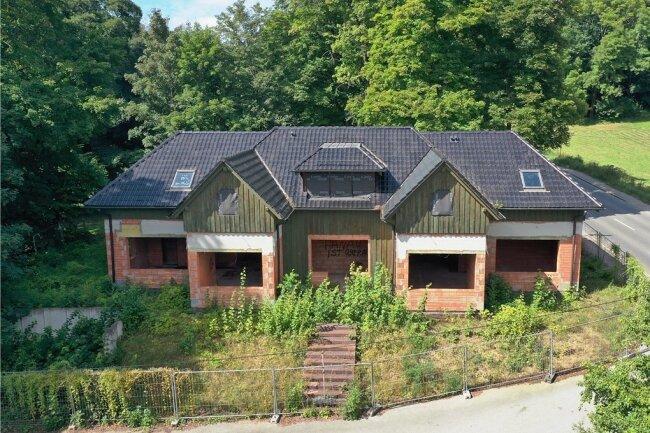 Die seit 2002 verlassene Baustelle am Eingang zum Weißenborner Wald wartet weiter auf eine sinnvolle Vollendung oder Nutzung.