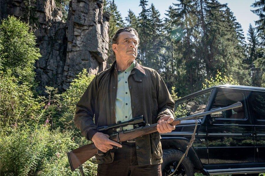 """Landwirt und Jäger Arnold Huber (Thomas Sarbacher) muss im """"Erzgebirgskrimi"""" vor der Kulisse der Greifensteine auf der Hut sein."""