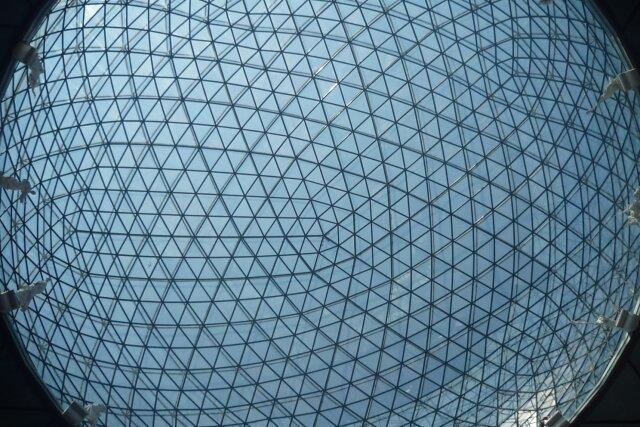 Ein Netz von Rechnern, die wie die Knoten dieser Glaskuppel miteinander verbunden sind, bildet das Rückgrat der Blockchain-Technologie. An sie knüpfen sich hohe Erwartungen. Manche wirken surreal wie die Visionen Salvador Dalís, in dessen Theatermuseum in Spanien dieses Foto entstand.