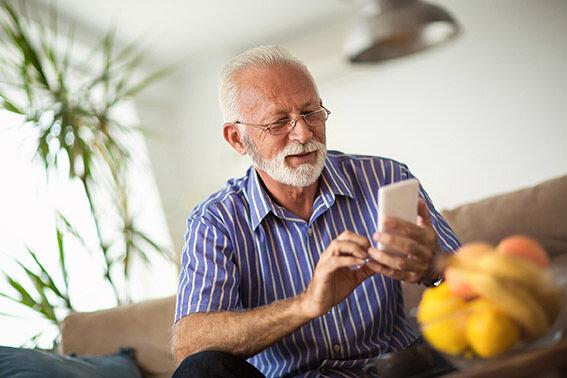 Das Smartphone kann die Isolation der älteren Menschen durchbrechen