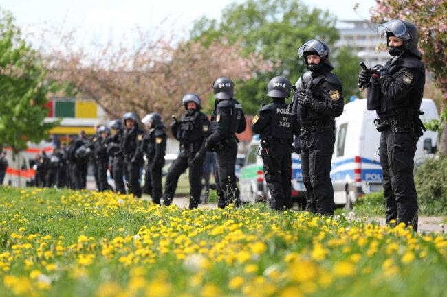 Polizisten sichern eine Demonstration ab.