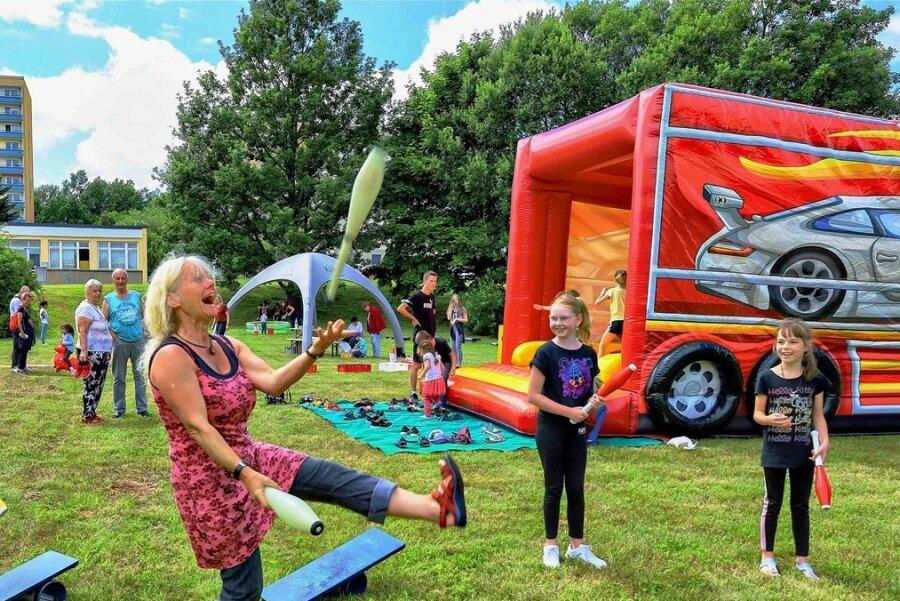 Auch gut besuchte Veranstaltungen wie diese vor zwei Wochen am Wasserspielplatz im Auerbacher Neubaugebiet wurden bisher über das ESF-Programm finanziert. Hier jongliert Angela Heinzmann aus Rodewisch.