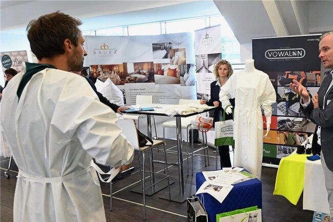 Axel Seidel (rechts) produziert mit Seidel-Moden in Schreiersgrün eigentlich trendige Damenmode. Mit der Firma Vowalon aus Treuen hat seine Firma beschichtete Schutzbekleidung entwickelt.