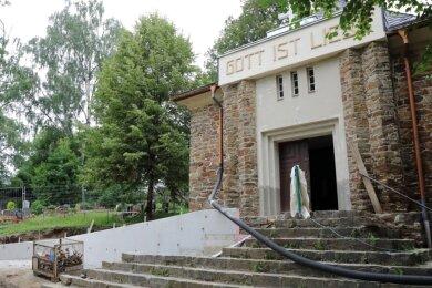 Derzeit wird die alte Friedhofskapelle in Raschau saniert. Eine Rampe soll den Zugang erleichtern.