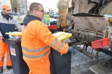 Mathias Arlt und Oliver Baude (l.) sind Mitarbeiter der Firma Becker Umweltdienste. Im Auftrag der Entsorgungsdienste Mittelsachsen kümmern sich die Müllwerker unter anderem um die Leerung der Gelben Tonnen.