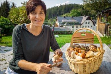 Sandra Heymann aus Morgenröthe-Rautenkranz ist ausgebildete und amtliche Pilzberaterin. Sie ist Mitglied in der Vogtländischen Arbeitsgemeinschaft Mykologie (VAM) - und derzeit als Expertin sehr gefragt.