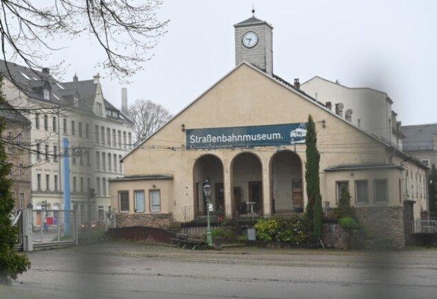 Bei einer Methode zur Ermittlung des geografischen Mittelpunktes ergibt sich die Ostseite des Straßenbahnmuseums im Stadtteil Kappel.
