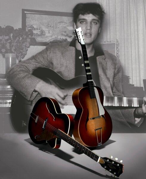 Das Foto, welches Elvis mit einer Framus-Gitarre zeigt, und baugleiche Modelle, die in Markneukirchen zu sehen sind. Nun wurde bekannt: Elvis kaufte gern Saiten aus Markneukirchener Produktion.