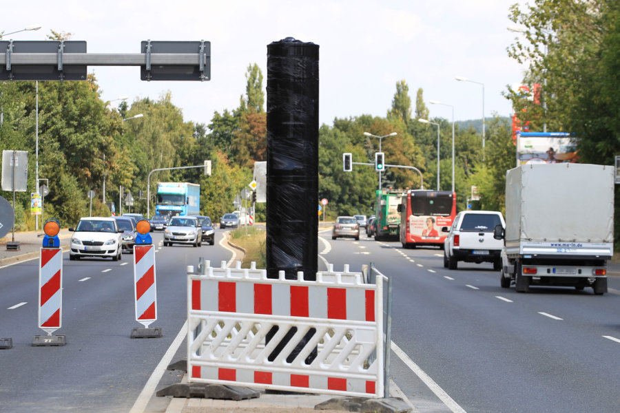 Der neue Blitzer an der Dresdner Straße war am Dienstag noch verpackt.