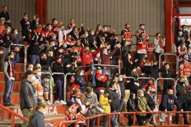 Die Fans des Eishockey-Zweitligisten Eispiraten Crimmitschau dürfen im Kunsteisstadion im Sahnpark wieder Bier und Glühwein trinken.