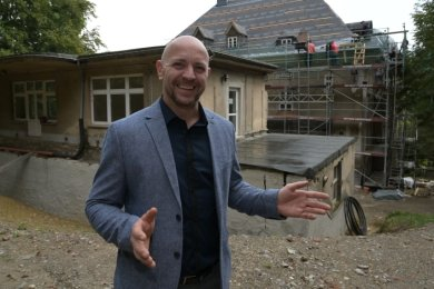 """Tobias Gahlert ist Bauherr der Sanierung der """"Villa Pfau"""" in Burkhardtsdorf. Bis September 2021 soll das Projekt abgeschlossen sein."""