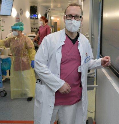 Dr. Andreas Fichtner leitet die Notaufnahme im Freiberger Krankenhaus. Er ist froh, dass sein Team in der Krise mitzieht. Für das Foto hatte er nur kurz Zeit, da drei Covid-19-Patienten behandelt werden mussten.