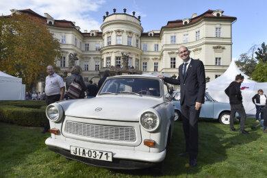 """Christoph Israng, Deutscher Botschafter in der Tschechischen Republik, steht bei einem Trabant bei einem """"Fest der Freiheit"""" in der deutschen Botschaft. Das Fest soll an die Ausreise Tausender DDR-Flüchtlinge vor 30 Jahren erinnern."""