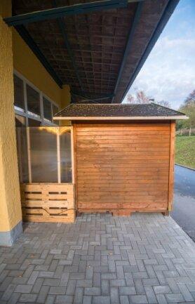 Windschutzscheiben sorgen dafür, dass es warm in der Hütte bleibt. Zudem gibt es Tee und Kaffee.