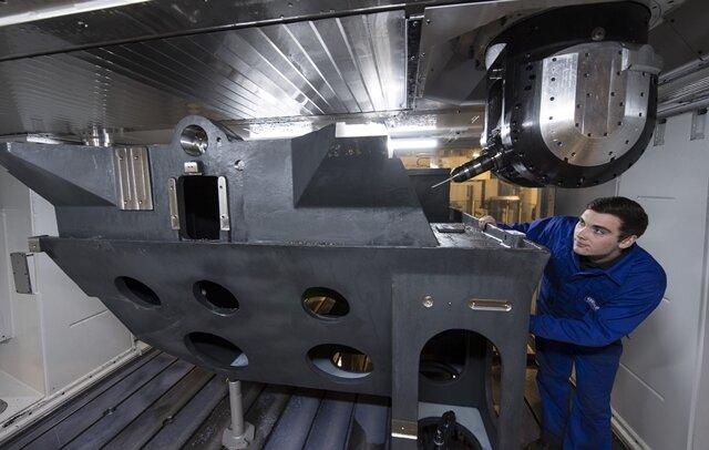 Ein neues CNC-Großbearbeitungszentrum ist seit wenigen Wochen in der Gemag im Einsatz und wird von Denny Einenkel bedient. Mit einer Spanntischgröße von 11 Meter Länge und 3,60 Meter Breite können große Werkstücke mit hohen Genauigkeitsparametern bearbeitet werden.