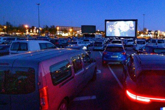 Einen ersten Autokinoabend gab es auf dem Parkplatz der Messe Chemnitz an diesem Mittwoch. Popcorn und Cola wurden zwar noch nicht verkauft - aber auch daran wird gearbeitet.
