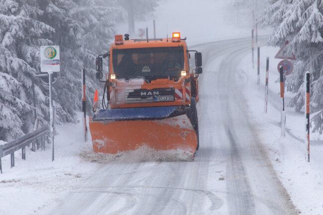 Der Winterdienst räumt eine Straße auf dem Fichtelberg.