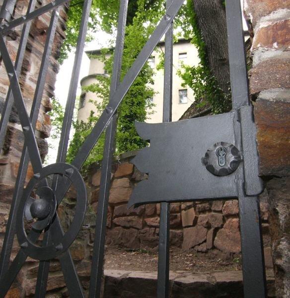 Kein Zutritt. Diese Tür, hinter der der Eingang zu den unterirdischen Gängen unter dem Lichtensteiner Schloss liegt, bleibt vorerst geschlossen.