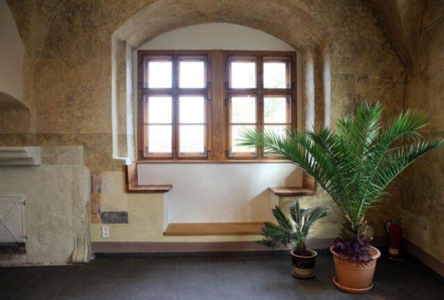 Diese und andere an den Fenstern wieder hergerichtete Sitznischen laden in der Bücherei zum Schmökern ein und bieten Ausblicke in die Stadt.