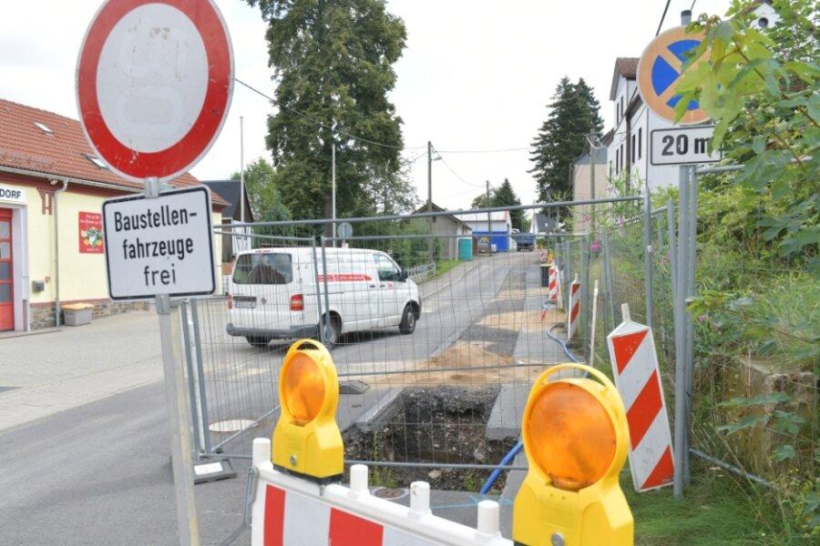 In der Dorfstraße in Hilbersdorf kommen Autofahrer derzeit nicht weiter. Hier wird noch bis Anfang November gebaut.