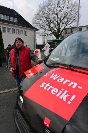 Sven Vogel von Verdi vor dem Gelände von Regiobus in Mittweida.