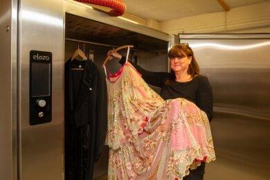 Nagelneu ist der Ozonschrank im Vogtland-Theater. Mandy Sammler, die stellvertretende Leiterin der Schneiderei, nutzt die Technik gern.