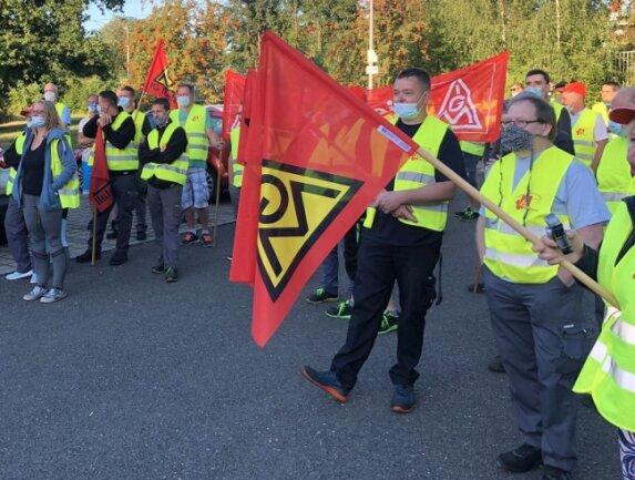 Etwa 100 Mitarbeiterinnen und Mitarbeiter der Firma Grammer haben am Freitagmorgen in Zwickau gestreikt.