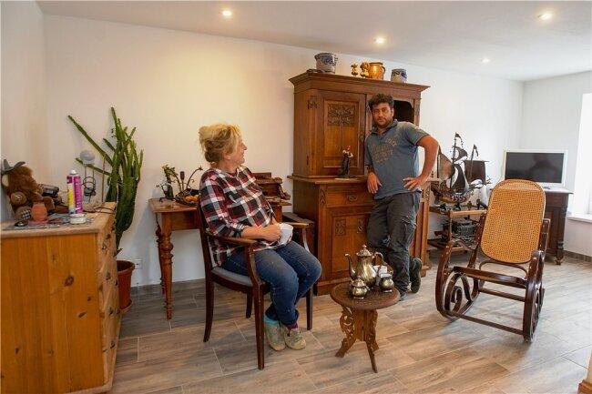 Sorkan Abdelrahman liebt Möbel, die schon ein paar Jahrzehnte auf dem Buckel haben. Seine Einrichtung ist ein Mix aus Antiquitäten und DDR-Charme. Das gefällt Eva-Maria König, die demnächst mit Ehemann Jochen auch einziehen wird.