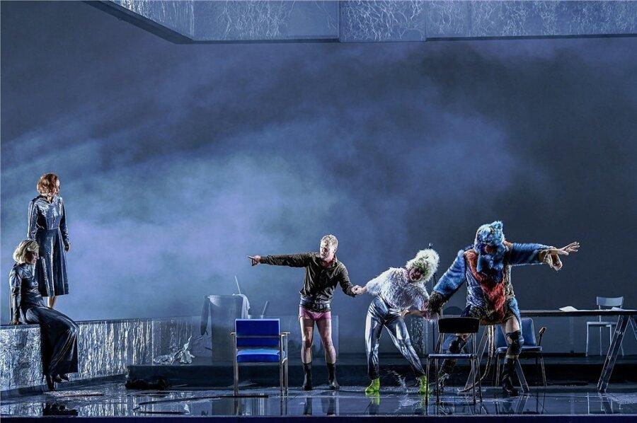 """Agnes Mann, Karina Plachetka, Torsten Ranft, Kriemhild Hamann, Philipp Lux (von links) in der Dresdner Inszenierung von Shakespeares """"König Lear""""."""