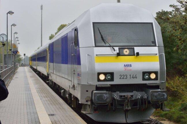 """Im Gegensatz zu den Wagen ist das """"Zugpferd"""" ganz modern: Die Mitteldeutsche Regiobahn nutzt Dieselloks des Typs ER 20 von Siemens. Die Loks sind bis zu 140 km/h schnell. Die geplanten Fahrzeiten von 59 beziehungsweise 64 Minuten seien """"anspruchsvoll"""", so die MRB."""