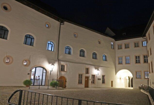 Blick auf den sanierten Nordflügel des Wildenfelser Schlosses. Der Hof ist im Zuge der Bauarbeiten innerhalb des Förderprogramms zum städtebaulichen Denkmalschutz befestigt worden.