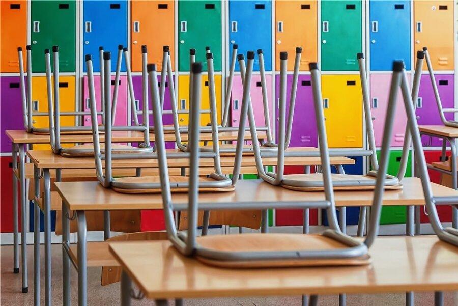 """Leere Klassenzimmer gehören zu den bezeichnenden Bildern der Pandemie. Mit der Anordnung """"unterrichtsfreier Zeit"""" ab 16. März 2020 fing alles an. Seitdem steckten Sachsens Schüler in einem für sie, ihre Eltern und ihre Lehrer bis dahin unbekannten Corona-Modus."""